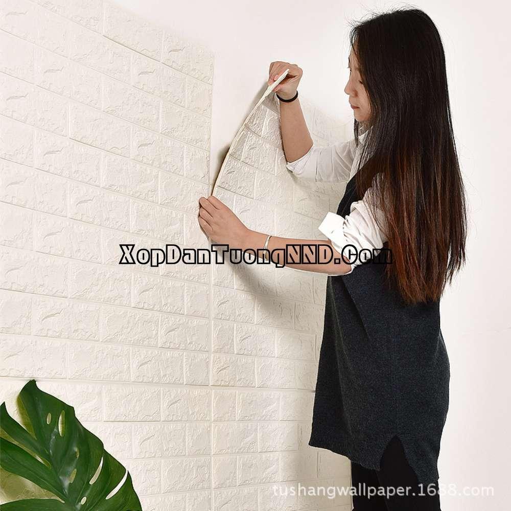 Thi công xốp dán tường vô cùng đơn giản và dễ dàng